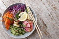 Φυτική σαλάτα με το αγγούρι και το κόκκινο λάχανο στοκ φωτογραφία με δικαίωμα ελεύθερης χρήσης