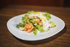 Φυτική σαλάτα με το αυγό και το σολομό στοκ φωτογραφία