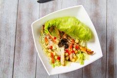 Φυτική σαλάτα, η οποία καλείται ελληνικό πιάτο σαλάτας hite Στοκ εικόνες με δικαίωμα ελεύθερης χρήσης
