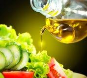 Φυτική σαλάτα με τη σάλτσα ελαιολάδου στοκ εικόνες