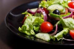 Φυτική σαλάτα με τις μαύρες ελιές Στοκ Φωτογραφίες