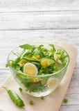 Φυτική σαλάτα με το arugula, το αγγούρι και τα αυγά Στοκ φωτογραφία με δικαίωμα ελεύθερης χρήσης