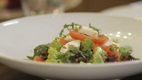 Φυτική σαλάτα στο κύπελλο στο σπίτι απόθεμα βίντεο