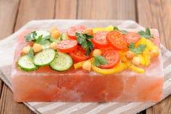 Φυτική σαλάτα στο ρόδινο αλατισμένο φραγμό στην πετσέτα λωρίδων Στοκ Εικόνες