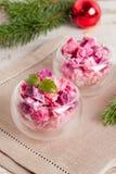 Φυτική σαλάτα Χριστουγέννων wineglass και έλατου στους κλάδους Στοκ Εικόνες