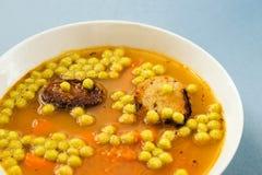 Φυτική σούπα με το καρότο, το μαργαριτάρι μπιζελιών και το ψημένο ψωμί Στοκ φωτογραφίες με δικαίωμα ελεύθερης χρήσης