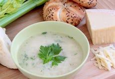 Φυτική σούπα σέλινου με το τυρί παρμεζάνας και ολόκληρο το ψωμί σιταριού στοκ φωτογραφία με δικαίωμα ελεύθερης χρήσης