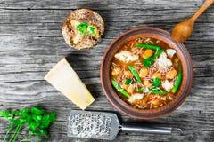 Φυτική σούπα Minestrone με το τυρί παρμεζάνας, φασόλια, cauliflow Στοκ Εικόνες