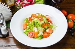 Φυτική φρέσκια σαλάτα που εξυπηρετείται Στοκ Φωτογραφίες
