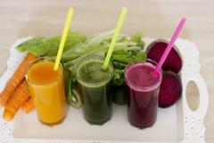 Φυτικοί καταφερτζήδες detox - καρότο, τεύτλο και πράσινη σαλάτα στοκ εικόνα