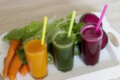 Φυτικοί καταφερτζήδες detox - καρότο, τεύτλο και πράσινη σαλάτα στοκ εικόνα με δικαίωμα ελεύθερης χρήσης