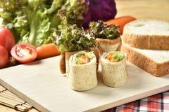 Φυτικός ρόλος στο ξύλινο υπόβαθρο, τρόφιμα διατροφής απώλειας βάρους Στοκ Φωτογραφίες