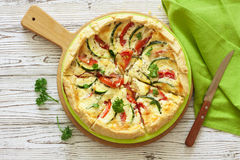 Φυτικό αγροτικό πίτα πιτών με τις ντομάτες, κολοκύθια και μαλακός Στοκ φωτογραφία με δικαίωμα ελεύθερης χρήσης
