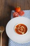 Φυτικό καρύκευμα κύπελλων βασιλικού σούπας ντοματών ντοματών σούπας Στοκ Εικόνες