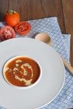 Φυτικό καρύκευμα κύπελλων βασιλικού σούπας ντοματών ντοματών σούπας Στοκ φωτογραφία με δικαίωμα ελεύθερης χρήσης
