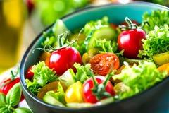 Φυτικό κύπελλο σαλάτας στον πίνακα κουζινών ισορροπημένο σιτηρέσιο στοκ εικόνα