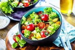 Φυτικό κύπελλο σαλάτας στον πίνακα κουζινών ισορροπημένο σιτηρέσιο στοκ εικόνες με δικαίωμα ελεύθερης χρήσης
