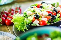 Φυτικό κύπελλο σαλάτας στον πίνακα κουζινών ισορροπημένο σιτηρέσιο στοκ εικόνες