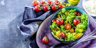 Φυτικό κύπελλο σαλάτας στον πίνακα κουζινών ισορροπημένο σιτηρέσιο στοκ φωτογραφία με δικαίωμα ελεύθερης χρήσης