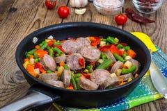 Φυτικό πιάτο με τα κομμάτια του λουκάνικου για το γεύμα στοκ φωτογραφίες