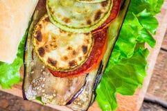 Φυτικό σάντουιτς με τη μελιτζάνα και τα κολοκύθια Στοκ Εικόνα