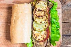 Φυτικό σάντουιτς με τη μελιτζάνα και τα κολοκύθια Στοκ Εικόνες