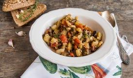 Φυτικό stew με τα ιταλικά χορτάρια σε ένα αγροτικό ύφος Στοκ φωτογραφία με δικαίωμα ελεύθερης χρήσης