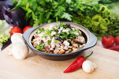 Φυτικό stew με τα πράσινα και μανιτάρια στο κύπελλο Χορτοφάγο γουργούρισμα Στοκ εικόνα με δικαίωμα ελεύθερης χρήσης