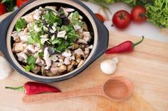 Φυτικό stew με τα πράσινα στο κύπελλο Χορτοφάγο μαγείρεμα Στοκ φωτογραφία με δικαίωμα ελεύθερης χρήσης