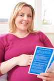 Φυλλάδιο ανάγνωσης εγκύων γυναικών με τις ιατρικές συμβουλές στοκ φωτογραφίες