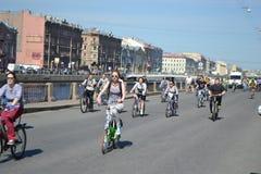 Φυλή κύκλων στην οδό του ST Πετρούπολη Στοκ Φωτογραφία