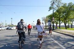 Φυλή κύκλων στην οδό του ST Πετρούπολη Στοκ φωτογραφίες με δικαίωμα ελεύθερης χρήσης