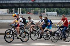 Φυλή κύκλων στη Μόσχα Άτομα στα ποδήλατα Στοκ εικόνα με δικαίωμα ελεύθερης χρήσης