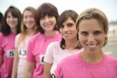 Φυλή φιλανθρωπίας καρκίνου του μαστού: Γυναίκες στο ροζ στοκ εικόνα με δικαίωμα ελεύθερης χρήσης