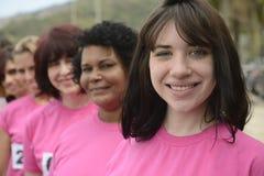Φυλή φιλανθρωπίας καρκίνου του μαστού: Γυναίκες στο ροζ στοκ φωτογραφία με δικαίωμα ελεύθερης χρήσης