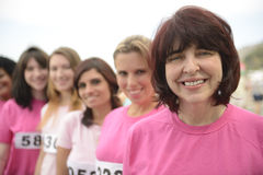 Φυλή φιλανθρωπίας καρκίνου του μαστού: Γυναίκες στο ροζ στοκ εικόνες με δικαίωμα ελεύθερης χρήσης