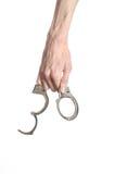 Φυλακή και καταδικασμένο θέμα: τα χέρια ατόμων με τις χειροπέδες που απομονώνονται στο άσπρο υπόβαθρο στο στούντιο, βάζουν τις χε Στοκ Φωτογραφία
