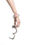 Φυλακή και καταδικασμένο θέμα: τα χέρια ατόμων με τις χειροπέδες που απομονώνονται στο άσπρο υπόβαθρο στο στούντιο, βάζουν τις χε Στοκ Εικόνες