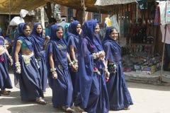 Φυλετικά κορίτσια στο μπλε Στοκ Εικόνες