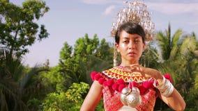 Φυλετική γυναίκα Iban με τα παραδοσιακά ενδύματα φιλμ μικρού μήκους