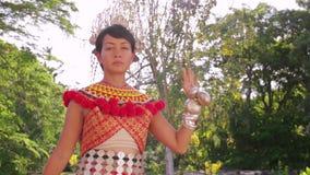 Φυλετική γυναίκα Iban με τα παραδοσιακά ενδύματα απόθεμα βίντεο