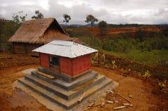 Φυλετικός τάφος στο χωριό στις ορεινές περιοχές στοκ φωτογραφία με δικαίωμα ελεύθερης χρήσης