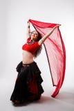 Φυλετικός χορευτής με το κόκκινο σάλι Στοκ Φωτογραφία