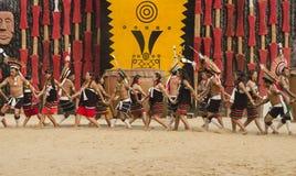 Φυλετικό συγκρότημα χορού που παρουσιάζει τον πολιτιστικό χορό στοκ φωτογραφία με δικαίωμα ελεύθερης χρήσης