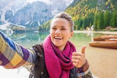 Φυλλομετρεί επάνω selfie με το χαμόγελο της γυναίκας στη λίμνη Bries στοκ φωτογραφία με δικαίωμα ελεύθερης χρήσης