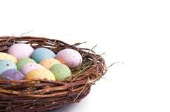Φωλιά αυγών Πάσχας κινηματογραφήσεων σε πρώτο πλάνο στοκ φωτογραφίες