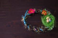 Φωλιά Πάσχας και στεφάνι αυγών στο ξύλινο υπόβαθρο στοκ φωτογραφίες