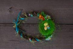 Φωλιά Πάσχας και στεφάνι αυγών στο ξύλινο υπόβαθρο στοκ φωτογραφίες με δικαίωμα ελεύθερης χρήσης