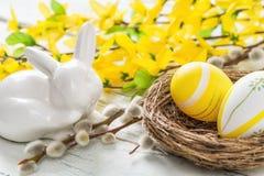 Φωλιά Πάσχας με τα κίτρινα αυγά Πάσχας σε ένα αγροτικό υπόβαθρο Στοκ Εικόνα