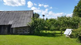 Φωλιά πελαργών στο χωριό της Λιθουανίας Στοκ φωτογραφία με δικαίωμα ελεύθερης χρήσης